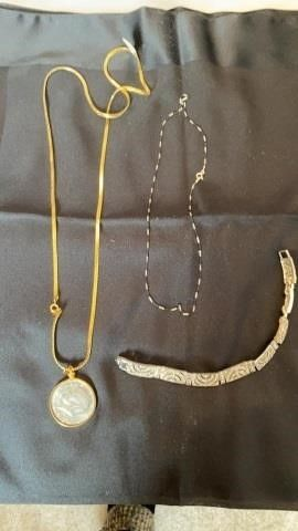 NECKlACE WITH KENNEDY HAlF DOllAR   DElECATE