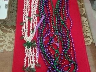 VARIOUS COlORED BEADS AND PEARl   GREEN NECKlACE