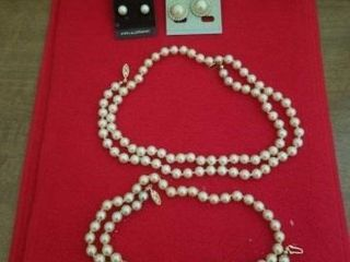 PEARl NECKlACES AND PEARl EARRINGS