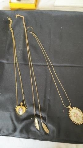 GOlD lEAF AND FlORAl NECKlACES