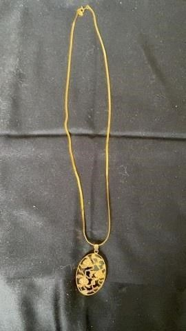 GOlD NECKlACE WITH BlACK STONE AND GOlD lEAVES
