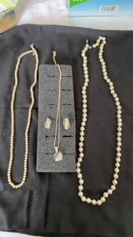 2 PEARl NECKlACES AND VINTAGE lOOKING WITH