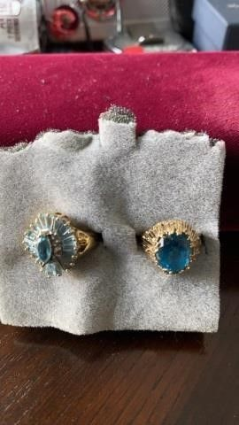 SHOWY BlUE STONES  GOlD BANDS SIZE 6