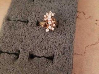 BEAUTIFUl DIAMOND RING  SIZE 6  GOlD BAND