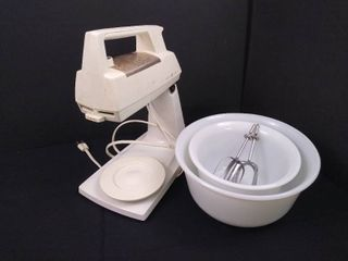 GE standing mixer with 2 glass bowls