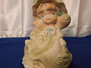 Musical Figurine plays  Tennessee Waltz