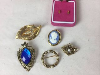 Gold tone Fashion Jewelry   5 Brooches   1pr  Stud earrings
