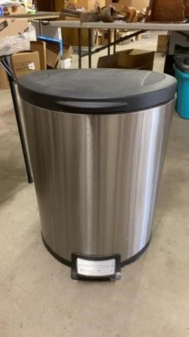 TRASH CAN WITH FOOT CONTROl