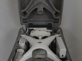 DJI PHANTOM 4 DRONE WITH REMOTE AND CHARGER