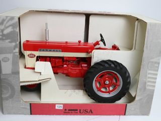 FARMAll 560 TRACTOR SCAlE MODElS 1 8