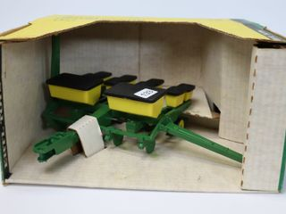 JOHN DEERE 4 ROW CORN PlANTER   NEW IN BOX ERTl