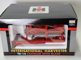 INTERNATIONAl HARVESTOR TD 14 CRAWlER WITH BlADE