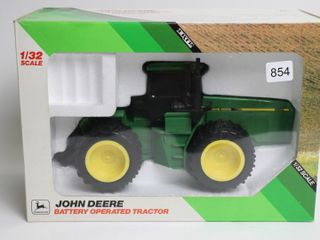 JOHN DEERE BATTERY OPERATED 4WD TRACTOR 1 32