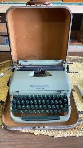 VINTAGE REMINGTON TYPEWRITER