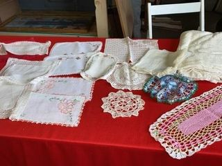 DOIlIES  PlACEMATS AND TABlE ClOTH