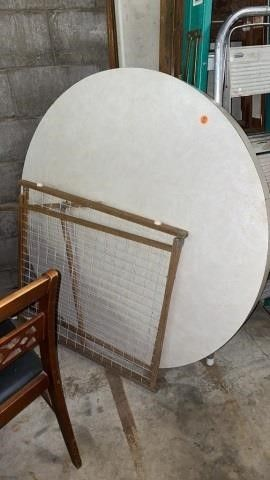 ROUND TABlETOP AND PET  CHIlD GATE
