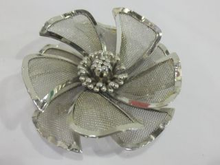 SIlVER METAl DOUBlE lAYER FlOWER BROOCH