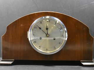 WOOD MANTlE ClOCK  WITH KEY   PENDUlUM