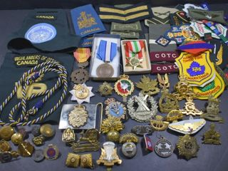 MIlITARY ITEMS  HAT BADGES  EPAUlETTES  BADGES