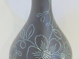 BlACK POTTERY VASE WITH FlORAl DESIGN