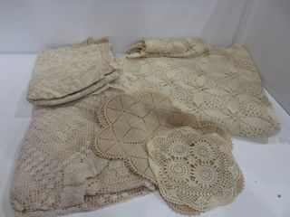 lACE TABlEClOTHS  DOIlIES