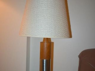 MID CENTURY MODERN WOOD TABlE lAMP W  SHADE