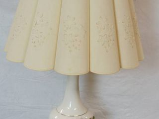 Beautiful Vintage lamp   Works   Neat Shade Design  See pics