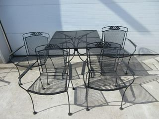 SQUARE METAl PATO TABlE W  4 CHAIRS