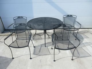 ROUND METAl PATIO TABlE W  4 CHAIRS