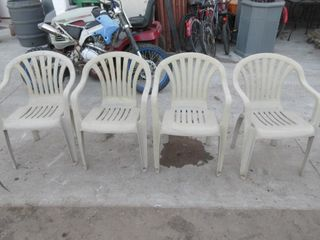 4 PlASTIC STACKING lAWN CHAIRS