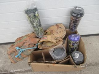 lOT  BAll GlOVES  TRAVEl CUPS