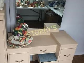 Victoriaville 5 Drawer Vanity Table w  Stool