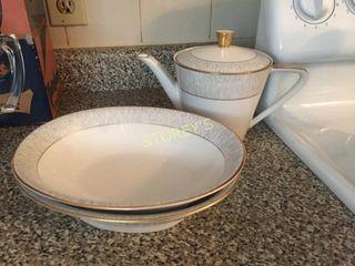 Royal Bayreuth Teapot   2 Bowls