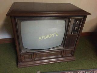 Quasar 22  TV   33 x 18 x 29