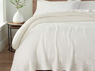 UGG Delaney Chenille Reversible King Blanket in Snow  Retails 129 99