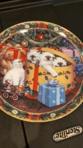 WRAPPING UP THE HOlIDAY  PlATE BY BRADFORD