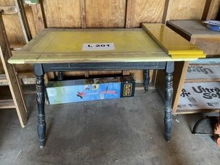 Vintage wooden dining room table with 2 leaves