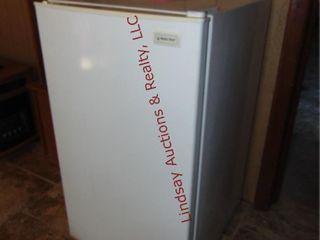 Magic Chef mini fridge 19  x 21  x 33