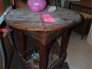 Round 26  wood table w  vase