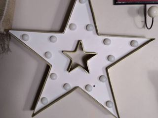 Small light Up Wall Hanging Star   Needs New Batteries