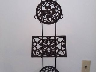 lot of 2 Items   Decorative Metal Tri Plate Wall Hanging Decor   3 Cast Iron Trivits   Made In China