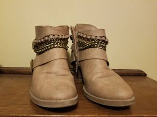 Kohls Brand low Cut Boots with Cute Chains  Size 8