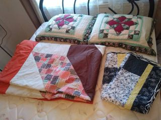Quilt blanket and pillows w quilted pillow cases