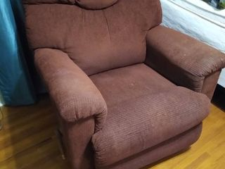 lazy z boy Maroon Recliner   needs cleaned in a few places