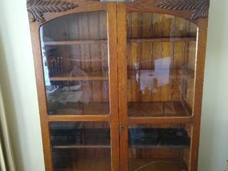 Vintage 2 door display cabinet on casters   bottom glass panel is cracked   no key