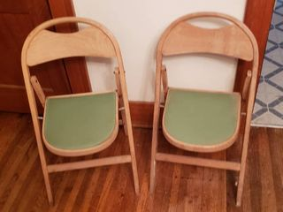 Pair of Vintage Wood Folding Chairs   Seat  13 in  wide