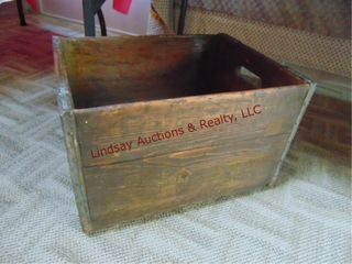 Vintage wood box 16 5  x 12 5  x 10 5