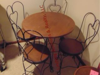Ice cream parlor table   4 chairs  30  round