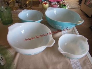 4 Pyrex bowls various sizes