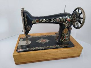 Portable Singer sewing machine with under storage